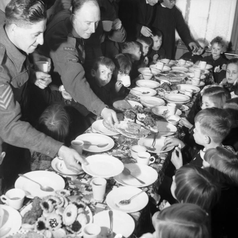 soldados ingleses alimentam crianças holandesas 2a guerra